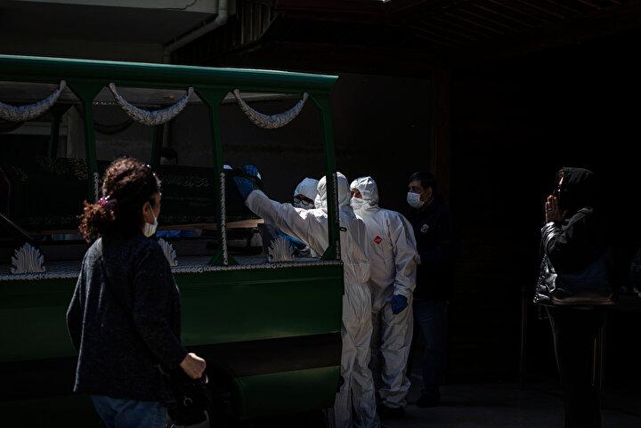 Koç, cenaze işleriyle ilgilenen gassal, şoför, imam gibi Mezarlıklar Müdürlüğü çalışanlarını sağlıkçılar kadar önlem alarak korumaya çalıştıklarını belirtti.
