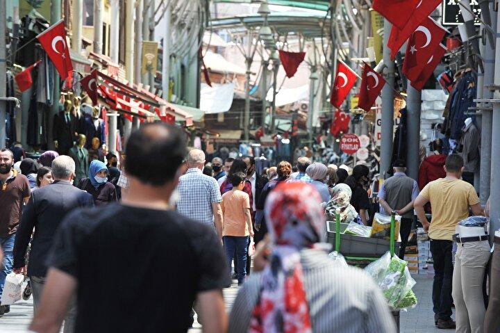 Bunun üzerine saat 11.00den itibaren Bursanın cadde ve sokaklarında çocuklar ile aileleri, yoğunluk oluşturdu.