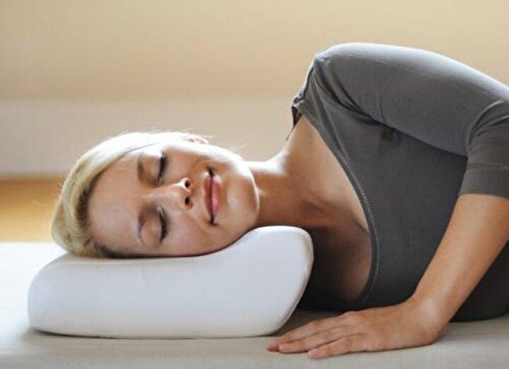 8- Yastığınız başınızı ve boynunuzu tutmalı ve omurganızın üst kısmını desteklemelidir. Ne yaparsanız yapın, yastığınızı omuzlarınızın altına koymayın.