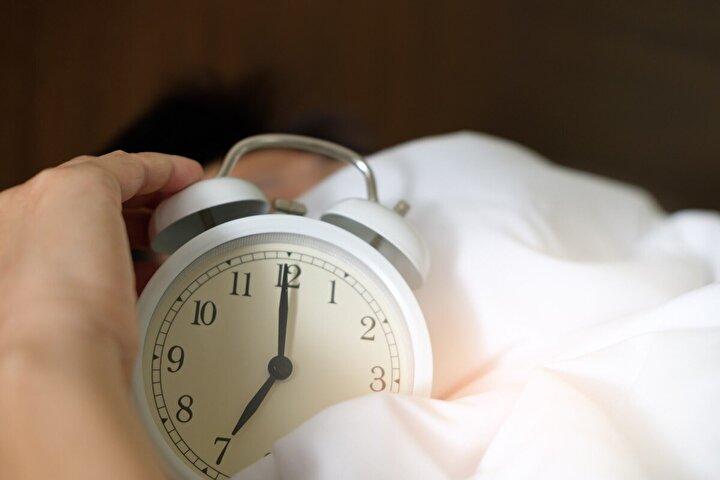 13- Haftanın her günü aynı saatte yatmaya ve uyanmaya çalışın. Düzenli bir uyku uyanıklık döngüsü oluşturun.