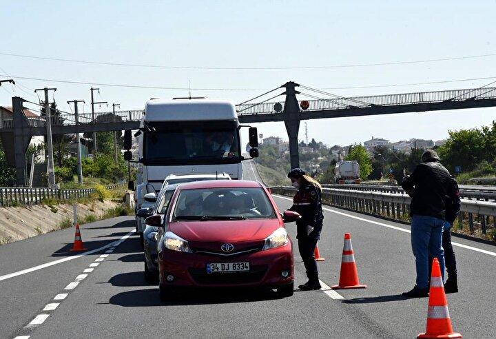 Jandarma ekipleri, kontrolleri sırasında seyahat belgesi olmadan Tekirdağa giriş yapmak isteyen vatandaşları geri çevirdi. Seyahat belgesi olanların ise geçişlerine izin veriliyor.