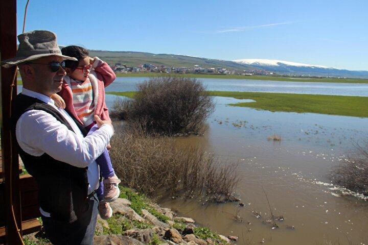 Göle dönen ovada vatandaşlar hatıra fotoğrafı çekilirken, Ardahan Ovasında biriken suda balıkçılar ağlarını attı.
