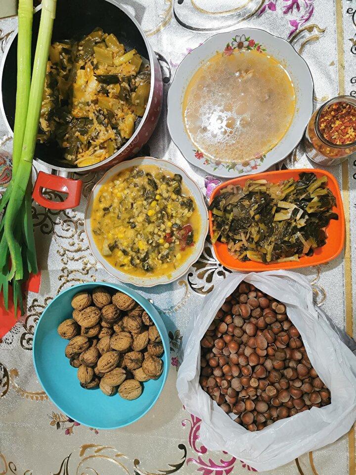 """İlçedeki halkın uzun yaşamasının sırrının organik beslenmelerinden kaynakladığını kaydeden Uludağ, Bizim insanlarımız organik olarak bağda, bahçede yetiştirdikleri ürünleri tükettikleri için sağlıklı ve uzun ömürlü yaşıyorlar. Şu anda ilçemizde yerleşik yaşayanların tamamının evinde kıştan kalma elinde birçok organik yiyeceği var. Bugün armut pekmezi, turşusu, marulu, ısırganı, karalahanası, mısırı zaten evlerinde hazır. Bunlar yazın hazırlanıp, kışın tüketildiği için sağlık ve uzun ömürlü oluyoruz"""" diye konuştu."""