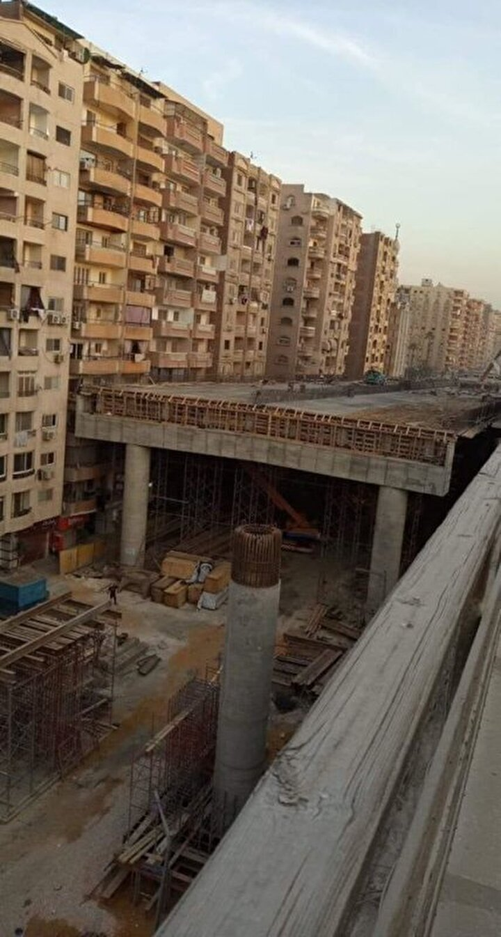 Bazı apartmanların dış kapı girişlerine de köprünün ayak bölümü denk geldi. Köprünün fotoğraflarının sosyal medya platformu Twitter'da hızla yayılmasının ardından Mısır yönetimi eleştirilerin hedefi haline geldi.