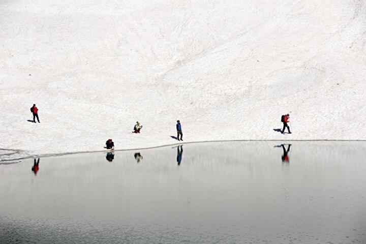 Çevresi karla kaplı gölleri gezip, yemyeşil doğada vakit geçiren ziyaretçiler, dönüş yolculuğunda ise boz ayıları ve yaban keçilerini doğal ortamında yakından görme fırsatı yakalıyor.