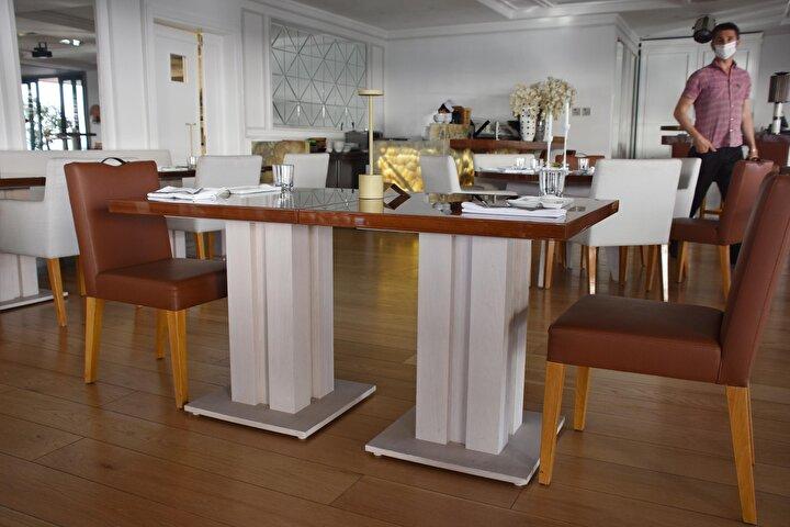 Sosyal mesafe kuralına göre hizmet vermeye hazırlanan otellerde, personele de eğitimler verilmeye başlandı. Geçmiş yıllardan farklı olarak restoranlardaki masa aralıkları 2 metre 10 santim olarak belirlenirken, açık büfe sisteminde de değişikliğe gidildi. Düzenlemeler ise metreyle ölçülerek ayarlandı.