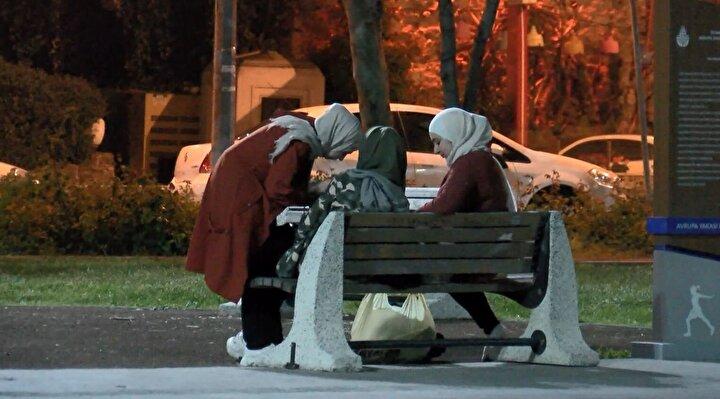 Koronavirüsle mücadele devam ederken bazı vatandaşlar iftar sonrasında Bakırköy Sahiline geldi.