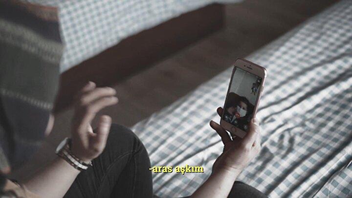 Yoğun bakım hemşiresi Tüzan, mesai bitiminde ise ailesinden ayrı yaşadığı oteline dönerken, 3 yaşındaki çocuğu ile eşinin fotoğraflarına bakıp, görüntülü cep telefonu görüşmesiyle hasret gideriyor.