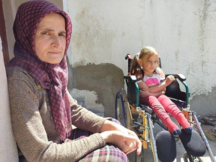 Aysu'nun ayağa kalkabilmesi için 4 yıl önce Edirne'de bir medikal de walker yaptırdıklarını söyleyen Anne Aynur Caymaz, biricik kızları Aysu'nun büyümesiyle birlikte artık walkerin kullanılamaz hale geldiğini belirterek, Aysu'nun tekrar ayağa kalkabilmesi için yeni walker yapılması gerektiğini ve bununda maliyetinin yaklaşık 7 bin lira olduğunu anlattı.