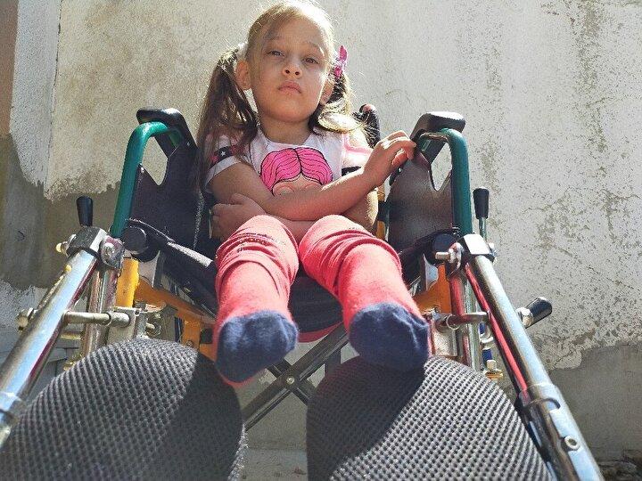 Aysu'nun walkırla ayakta durup adımlar attığı zaman çok mutlu olduğunu vurgulayan anne Aynur Caymaz, maddi imkansızlıklar nedeniyle yeni walker yaptıramadıkları için biricik kızlarının tekrar tekerlekli sandalye kullanmaya başladığını söyledi.