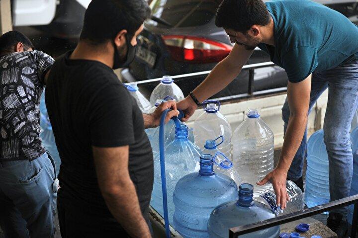 16-19 Mayıs tarihleri arasındaki 4 günlük sokağa çıkma kısıtlaması nedeniyle kaynağını Uludağdan alan içme suyundan almak isteyenler, yaklaşık 2 saat sıra bekledi.
