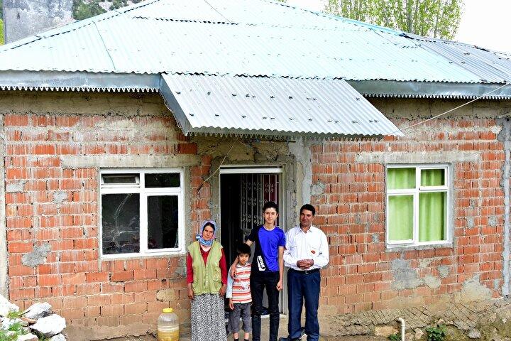 Köyceğiz Anadolu İmam Hatip Lisesi son sınıf öğrencisi Ramazan Kargılı, Köyceğiz ilçe merkezine 50 kilometre mesafedeki Kozluca mevkisinde ailesiyle yaşıyor. Bir vadinin içindeki tek evde elektrik yok. En yakın bakkal 30 kilometre uzaklıktaki Pınarköyde. Köyceğizde yatılı okuyan, okul dışındaki zamanlarını babası Yakup (46), annesi Firdevs (42) ve kardeşi İsa (7) ile geçiren Ramazan, elektrik sorununu az da olsa dinamo ile çözdü.