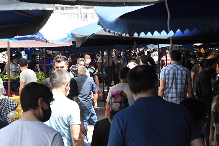 Sağlık Bakanı Fahrettin Koca, geçtiğimiz günlerde koronavirüse rağmen dolup taşan Bursadaki pazar yerinin fotoğrafını paylaşarak sosyal mesafe konusunda uyarmıştı.