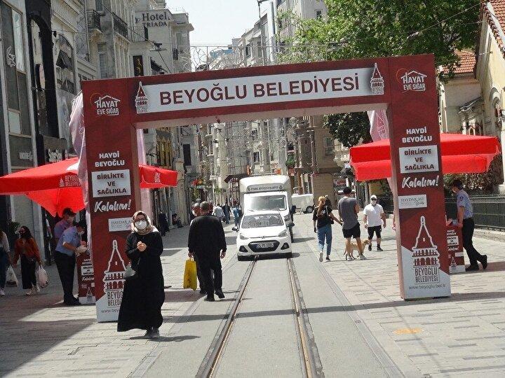 Devrilen dev kapı daha sonra polis otobüsünden inen polisler ve zabıta ekipleri ile yeniden kaldırıldı.