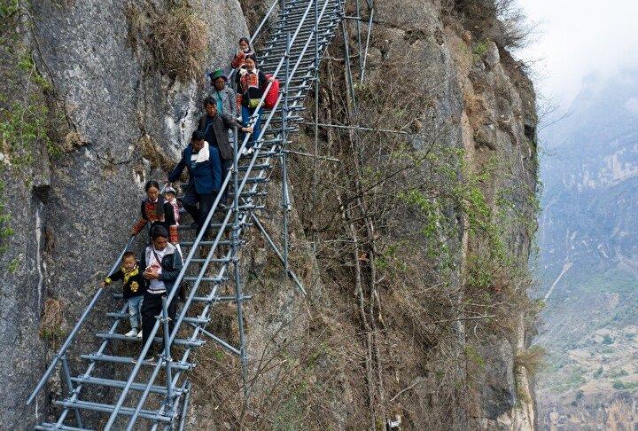 """Köy sakinleri evlerine ulaşabilmek amacı ile her gün 800 metre yüksekliğinde binlerce basamaktan oluşan çelik merdivenleri tırmanmak zorunda kalıyordu. Atulieer köyü ayrıca """"Uçurum köyü"""" olarak da biliniyordu."""