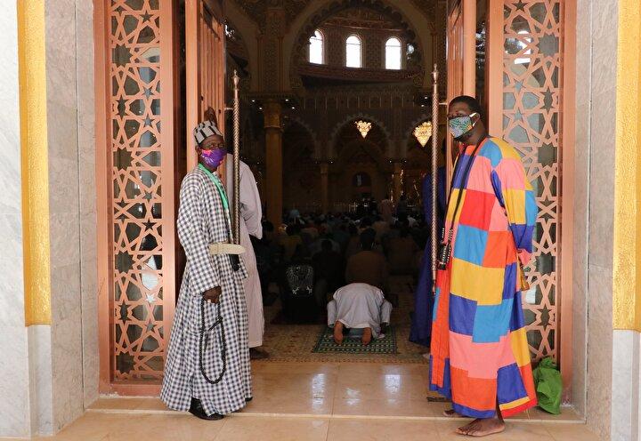 Senegalin bazı camilerinde 2 ay sonra ilk cuma namazı