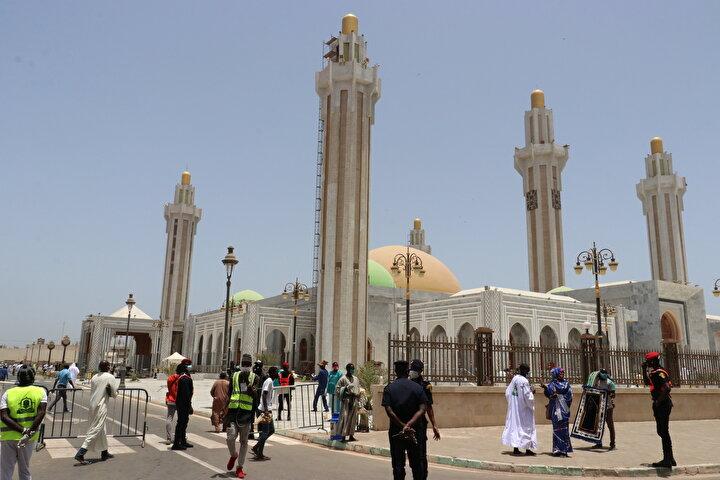 Başkent Dakardaki Batı Afrikanın en büyük camisi Massalikoul Jinaandaki cuma namazına binlerce kişi katıldı.
