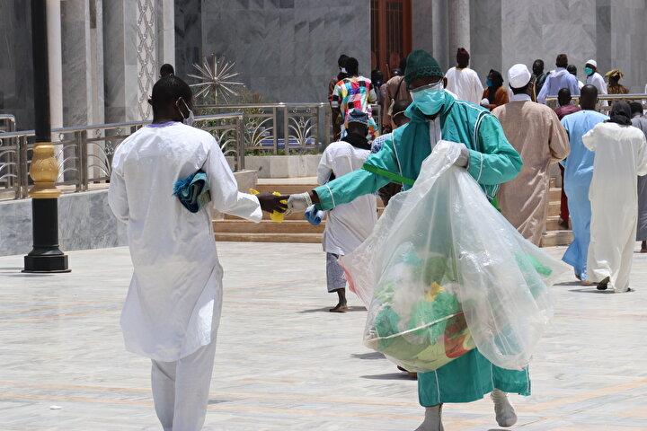 Cami girişinde el yıkama platformları kurulurken, maske zorunluluğu getirilen cemaate ayrıca dezenfektan dağıtıldı. Saflar, her iki kişi arasında birer metre boşluk bırakılarak tutuldu.