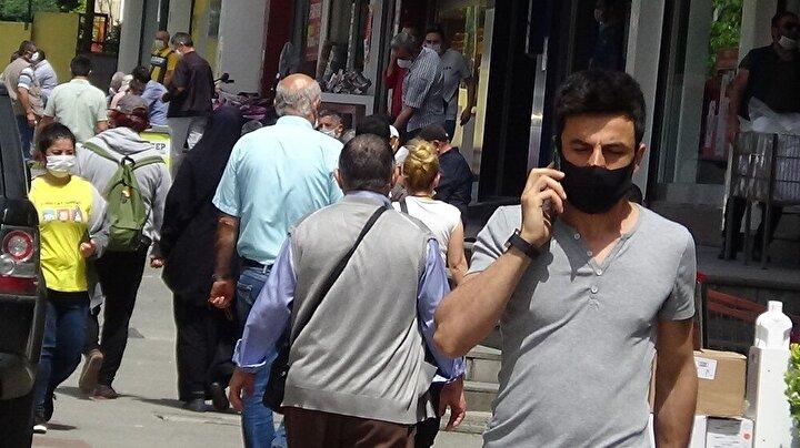 İstanbul Sancaktepe'de korona virüs salgınıyla mücadele kapsamında alınan önlemlere uyulmadı. Caddelere akın eden vatandaşlar sosyal mesafeyi hiçe sayarken bazı vatandaşların maskesiz dolaşması ise dikkat çekti.