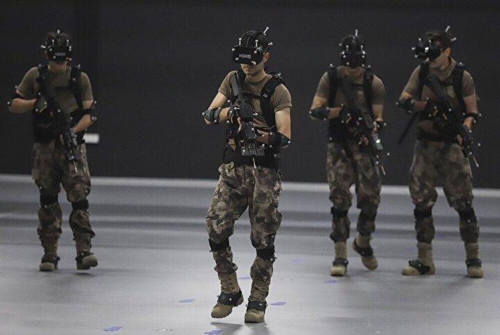 """Simülasyon içerisinde bulunan her unsurdan aksiyon aldıklarını belirten komiser, """"Amerikanın yapmış olduğu operasyonlarda kullandığı teknolojinin birebir aynısı. Sırtta bulunan cihazlardaki görüntüyü sanal gerçeklik gözlüğüne veriyoruz. Gözlükle sunucular tamamen senkronize şekilde operasyonlarını icra ediyorlar. Özel Hareket olarak eğitimlerimizde hedeflediğimiz temel amaç, personelin ve hedefin hareketli olması ve aynı zamanda hedeften aksiyon alabilmek. Biz burada bunu sağlıyoruz ve başardık. İçeride bulunan terörist bize ateş ediyor, biz o ateşten saklanıyoruz. Aynı şekilde terörist bizim ateşimizden saklanıyor. Ateşe yakalanarak vurulmamız durumunda ise silahımız inaktif oluyor. Kısacası amaçladığımız hedefe ulaştık"""" dedi."""