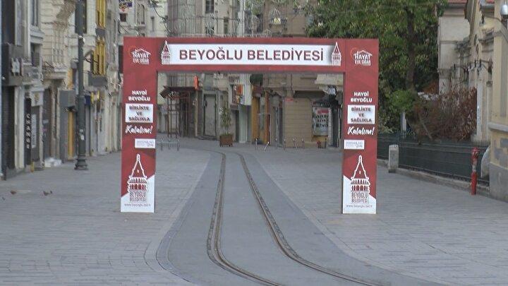 16 Mayıs Cumartesi günü başlayan sokağa çıkma yasağının ilk gününde İstanbulda yollar ve meydanlar boş kalırken, meydanları hakimi kuşlar ve sokak hayvanları oldu.