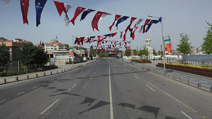 Koronavirüs tedbirleri kapsamında sokağa çıkma yasağı alınan İstanbulda sokaklar ve caddeler boş kaldı. Sokağa çıkma yasağı ile birlikte Üsküdar Meydanı kuşlara kaldı. Üsküdar Meydanındaki sakinlik havadan görüntülendi.
