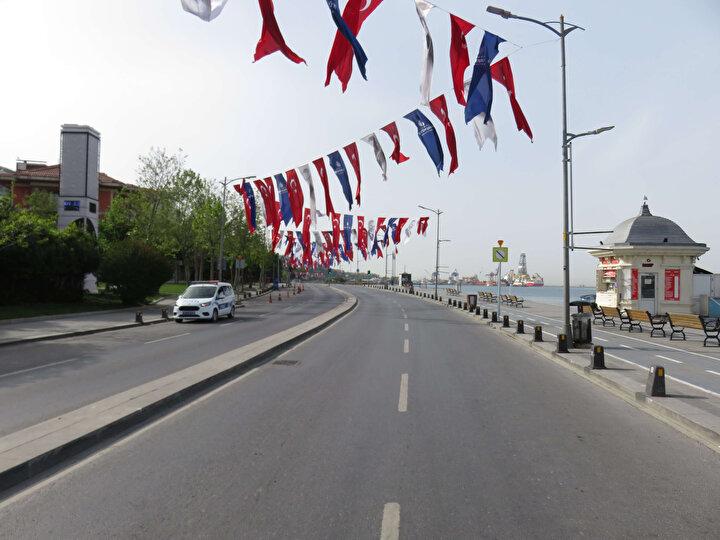 Koronavirüse karşı alınan tedbirler kapsamında ilan edilen 4 günlük sokağa çıkma yasağı nedeniyle Üsküdar Meydanı boş kaldı.