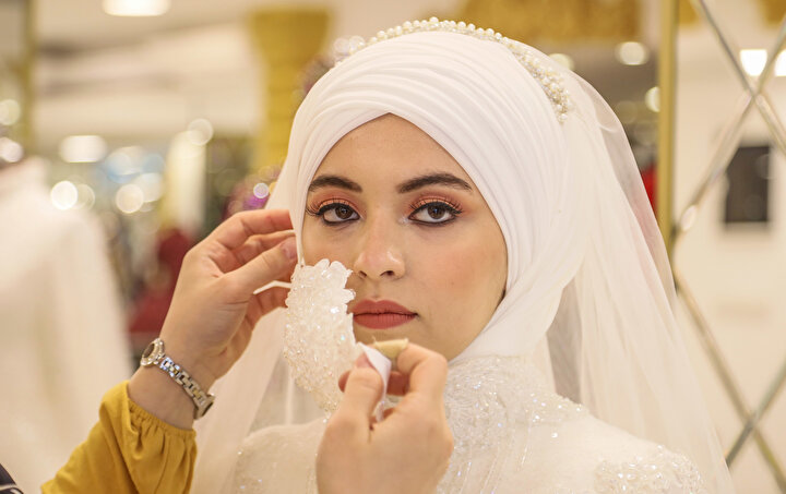 Antalyada da gelinlik tasarımcıları, gelinliklere uygun işlemeli ve nakışlı maske hazırlamaya başladı.