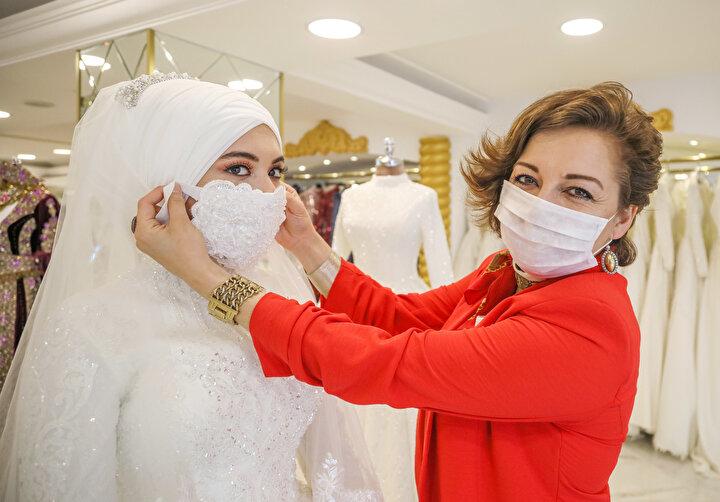 Gelinlik Tasarımcısı Nurdan Çınar, her gelin adayı için farklı maske hazırlayıp diktiğini söyledi.