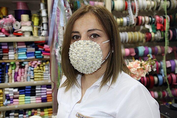 Gelinlerin en özel günlerinde cerrahi maske takmak zorunda kalmamaları için bu tip maske düşündüğünü belirten Şatır, şöyle konuştu: