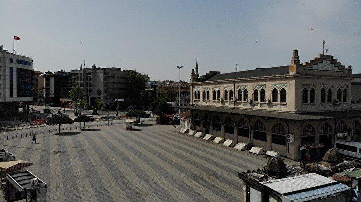 4 günlük sokağa çıkma kısıtlaması nedeniyle Kadıköy Meydanı boş kaldı.