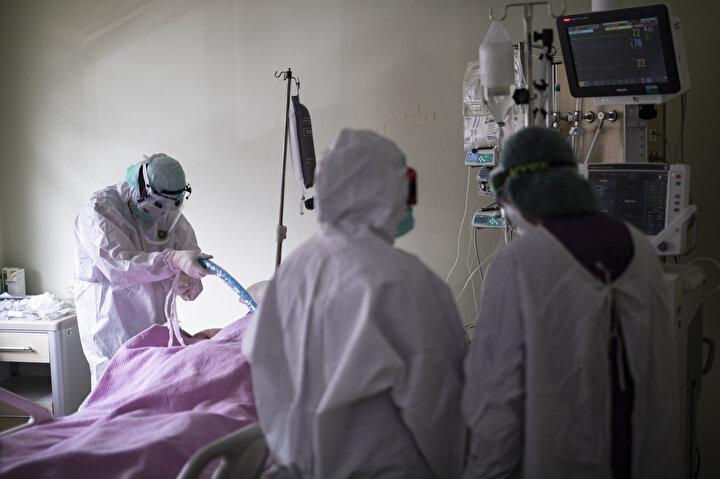 Koronavirüsle (Kovid-19) fedakarca mücadele ediyorlar. Aylardır ailesinden uzak kalan da var, evinin kapısından giremeyen de. Tek dilekleri hastalarının bir an önce sağlıklarına kavuşması.