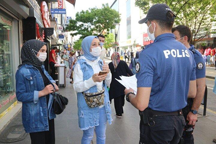 İl Emniyet Müdürlüğüne bağlı ekipler, cadde ve meydanlarda maskesiz gezen vatandaşlara ve kısıtlamanın yeniden başladığı saatten itibaren evlerine gitmeyen 15-20 yaş arasındaki gençler hakkında tutanak tuttu.