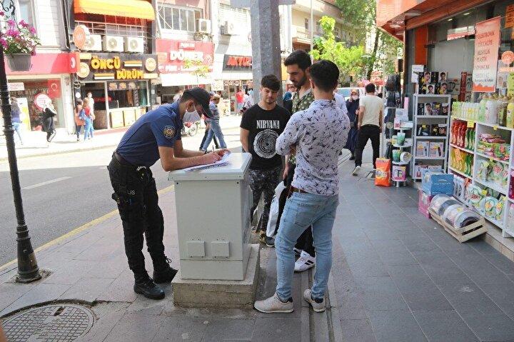 Banka önünde bekleyen, caddede yan yana yürüyen ve banklarda oturan vatandaşlara da sosyal mesafe kuralı sık sık hatırlatıldı.