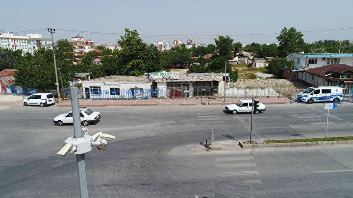 Karantinaya alınan mahallede ekmek ve gıda dağıtımı belediye ekipleri tarafından dağıtılırken, mahalle içinde ise sağlık ekipleri çalışma yapıldığı kaydedildi.