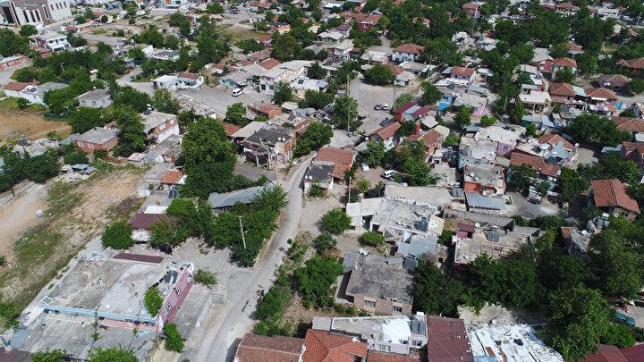 Karantina kararının ardından iki mahallede alınan güvenlik tedbirleri artırıldı. Polis, kaçak giriş ve çıkışları önlemek için mahallelerin etrafını demir bariyerle kapattı. Mahalleye girmek ve çıkmak isteyenler ilginç görüntü oluşturdu.