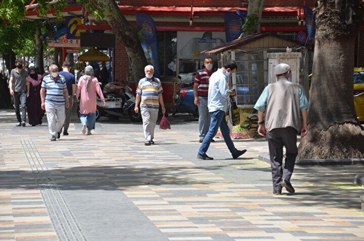 Koronavirüs nedeniyle sokağa çıkmaları kısıtlanan 65 yaş ve üstü vatandaşlar, 10 Mayısta ilk kez uzun zamnın ardından 11.00-15.00 saatleri arasında getirilen serbestlik ile sokağa çıkmıştı.