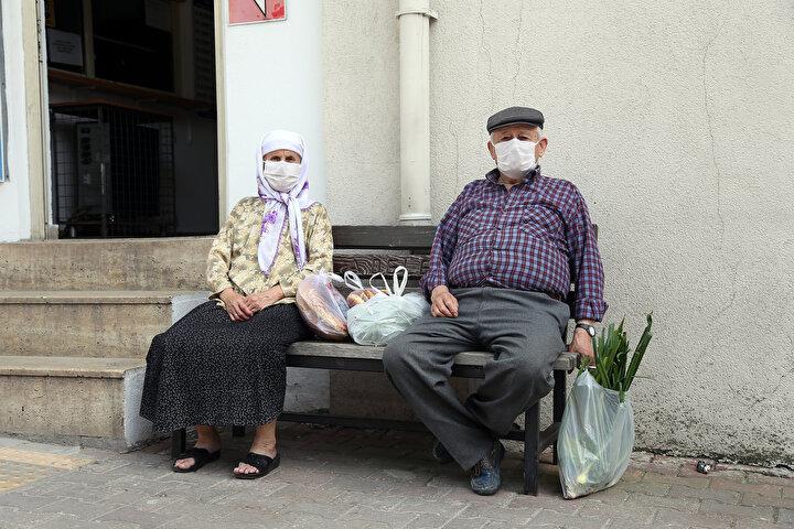 Verilen izinle sokağa çıkanlardan 78 yaşındaki Fatma Özsucu, uzun zamandır baharda böyle bir sıcaklık yaşamadıklarını söyledi.