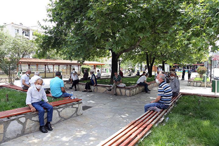 Sokağa çıkma kısıtlamalarına 6 saatlik ara verilen 65 yaş ve üstü ile kronik rahatsızlığı bulunan vatandaşlar, geçen haftaya göre daha az dışarı çıktı. Yaşlılar, aşırı sıcak nedeniyle gölgelik alanları ve parklarda zaman geçirmeyi tercih etti.