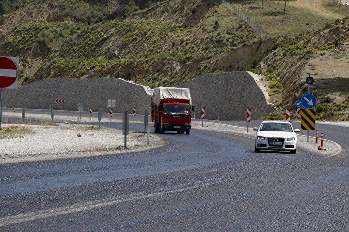 Fethiye-Antalya kara yolunda asfaltın sıcak havadan erimesi nedeniyle, sürücüler kontrollü seyretti.