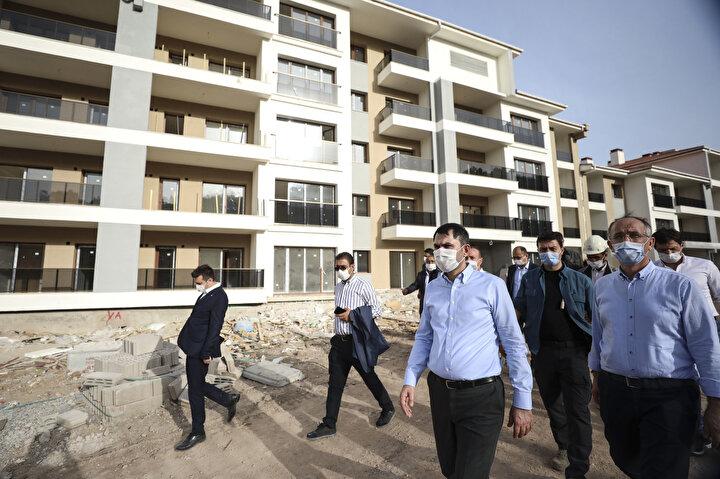 Çevre ve Şehircilik Bakanı Murat Kurum, kentsel dönüşüm projesi kapsamında Mamakta yapımına devam edilen TOKİ konutlarında incelemede bulundu, gelinen aşama hakkında yetkililerden bilgi aldı.