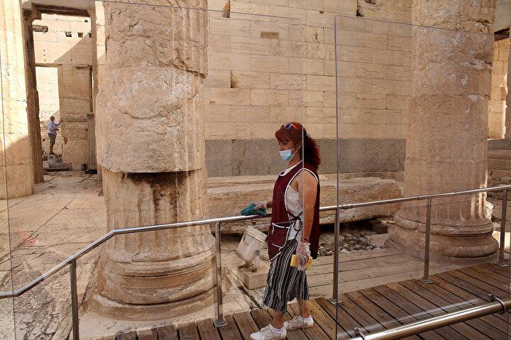 Kültür Bakanı Lina Mendoni ise yaptığı açıklamada, Yunanistan, korona virüs krizini ele alma şekliyle güvenilirlik kazandı. Turizm sezonunun dinamik bir şekilde açılmasını sağlayacak değerli bir başarı şeklinde konuştu.