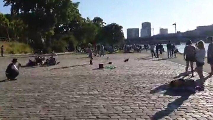 Kalabalık gruplar halinde oturup sohbet edenlerin ve müzik eşliğinde dans edenlerin yanı sıra nehrin kenarındaki balıkçılarda kalabalıkların uğrak yeri oldu.
