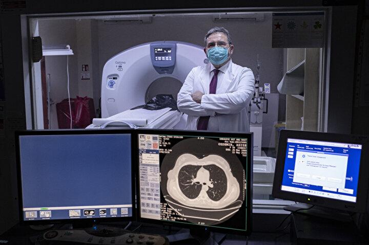 """Pek çok vakaya akciğer tomografisi ile vakit kaybetmeden erken teşhis konulabilmesi de Türkiyenin koronavirüsle mücadelesinde başarı hikayesi yazmasını sağladı. İstanbulun en önemli görüntüleme merkezi konumundaki pandemi hastanelerinden Sağlık Bilimleri Üniversitesi (SBÜ) Ümraniye Eğitim ve Araştırma Hastanesi Başhekimi Doç. Dr. Necdet Sağlam, hem hastaların tomografiye ulaşmasının aylar sürdüğü, hem de yüksek maliyetler nedeniyle Avrupa veya Amerikada Kovidle mücadelede radyolojik görüntülemenin etkin bir şekilde kullanılamadığını vurgulayarak, """"Bilgisayarlı Tomografi (BT), hekimlerimizi erken teşhise yönlendiren en önemli cihazlardan biri haline geldi bu dönemde. Elimizdeki tomografi cihazlarının yeterli olması ve 24 saat kesintisiz hizmet verilebilmesi de hastalarımız ve hekimlerimiz açısından çok büyük kolaylık sağladı. Erken teşhis ve tedavide çok avantajlı duruma geçtik"""" dedi."""
