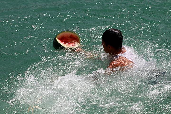 Meteoroloji Genel Müdürlüğünün hava sıcaklığını 37 derece olarak ölçtüğü Adanada, hissedilen sıcaklık 40 dereceye ulaşırken, güneş altında kalan termometreler ise 48 dereceyi gösterdi.