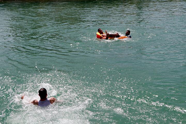 Sıcak havadan bunalan çocuklar ve gençler, her yıl olduğu gibi tehlikeye ve bu nedenle yapılan uyarılara aldırış etmeden sulama kanallarında yüzdü.