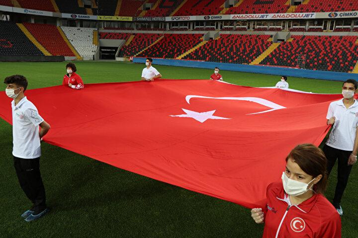 Gaziantepte 19 Mayıs Atatürkü Anma Gençlik ve Spor Bayramı etkinliklerle kutlandı. Gençlik ve Spor İl Müdürlüğünce düzenlene etkinlikte öğrenciler, Kalyon Stadyumunda Gazi Mustafa Kemal Atatürk ve Türk bayrakları açarak İstiklal Marşını okudu.