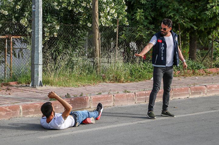 Bu sırada yakalanan kişilerden birisi, Terörist miyiz, torbacı mıyız diyerek ayakkabılarını fırlattı. O anlar ise anbean kameralara yansıdı.