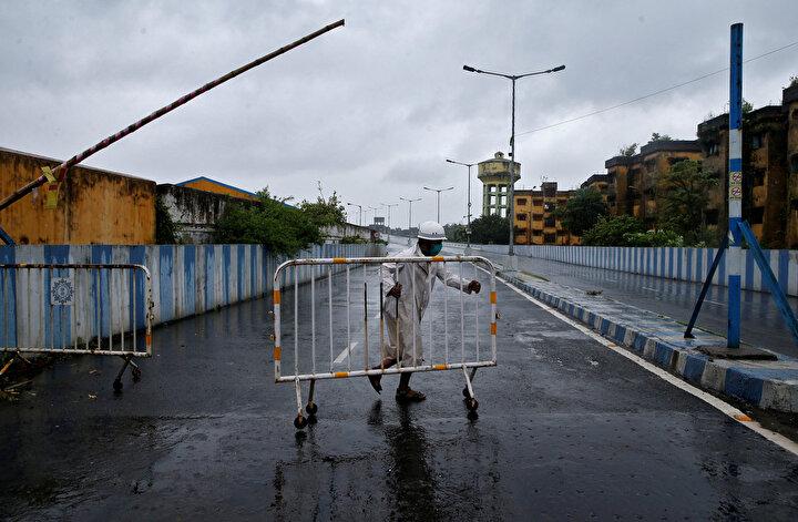 Bangladeşli yetkililer, 2,2 milyon kişinin fırtınadan korunması için tahliye çalışmalarının sürdüğünü açıkladı.Bangladeş Afet Yönetiminden Sorumlu Devlet Bakanı Enamur Rahman, kasırga nedeniyle yerel saatle 06.00da alarm seviyesinin en üst düzeye çıkarıldığını bildirdi.