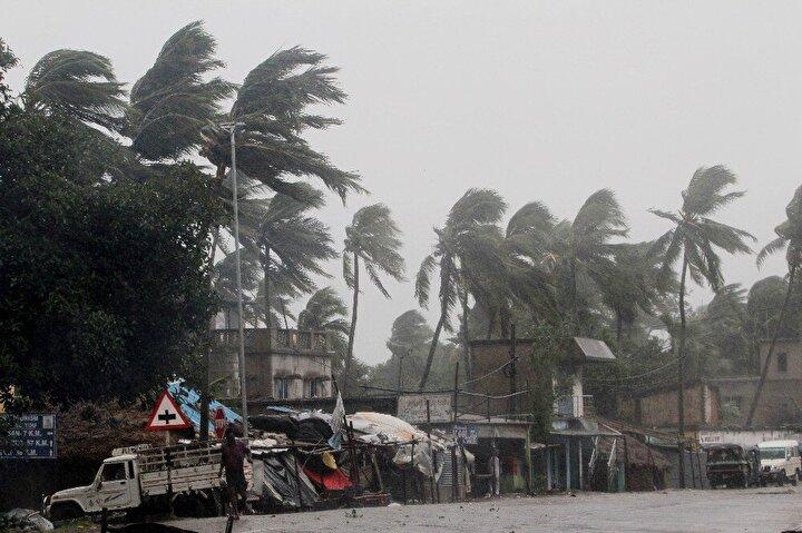 Son yıllarda görülen en ölümcül kasırga olarak tarihe geçmesi beklenen Amphan Kasırgası nedeniyle Hindistan ve Bangladeşte 3 milyon kişi tahliye ediliyor.